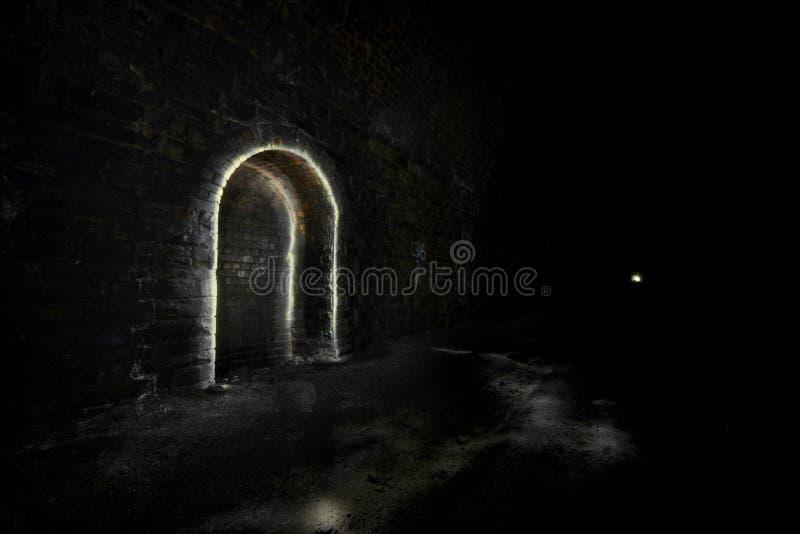 Refugio subterráneo del túnel de la obscuridad fotografía de archivo libre de regalías