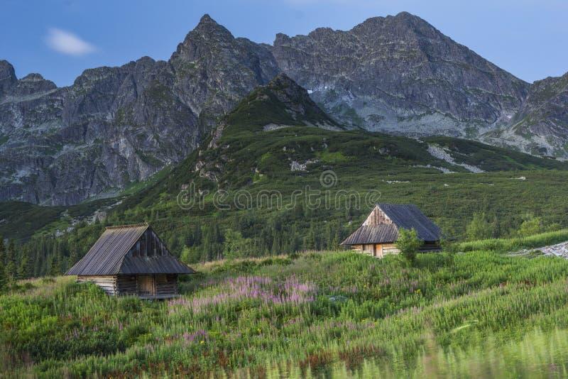 Refugios de la montaña en altas montañas imágenes de archivo libres de regalías