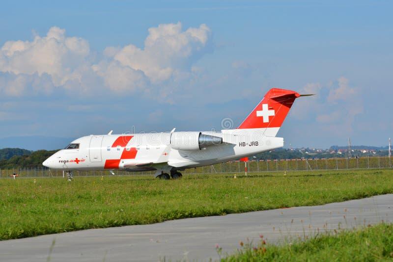 Rega - aereo svizzero HB-JRB dell'aereo ambulanza immagini stock libere da diritti