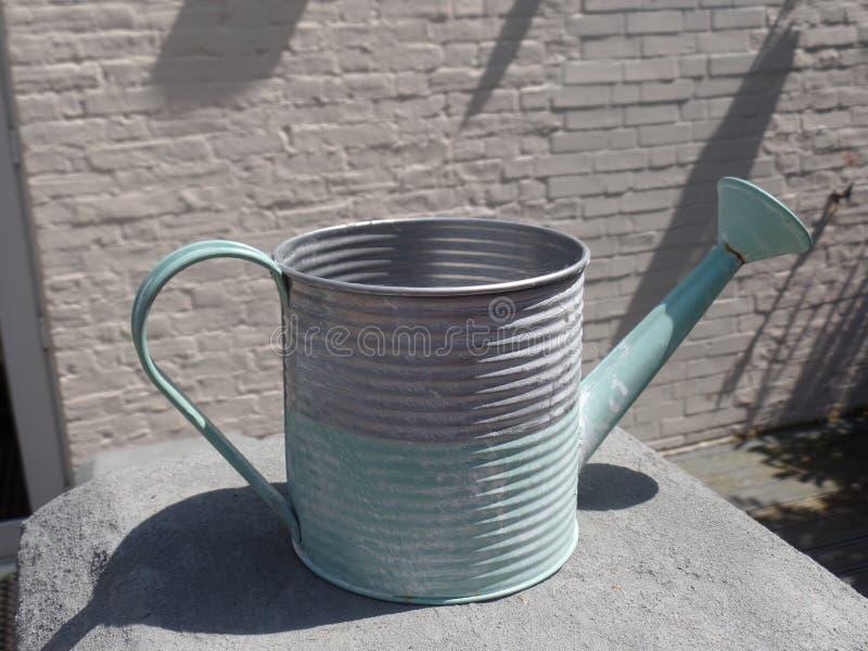 Regadera verde y gris en colores pastel foto de archivo libre de regalías