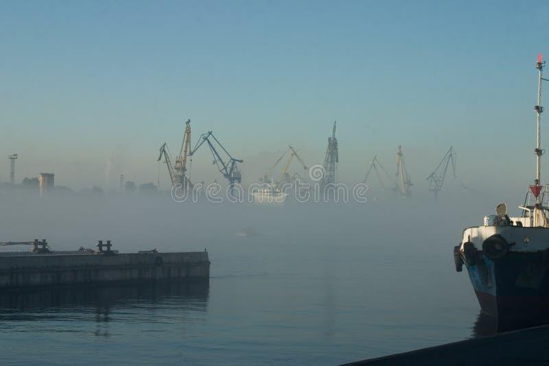 Download Regain au-dessus de port photo stock. Image du matin, remblai - 740686