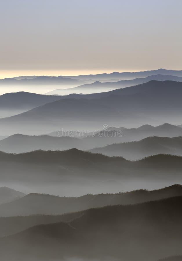 Regain au-dessus des montagnes images stock