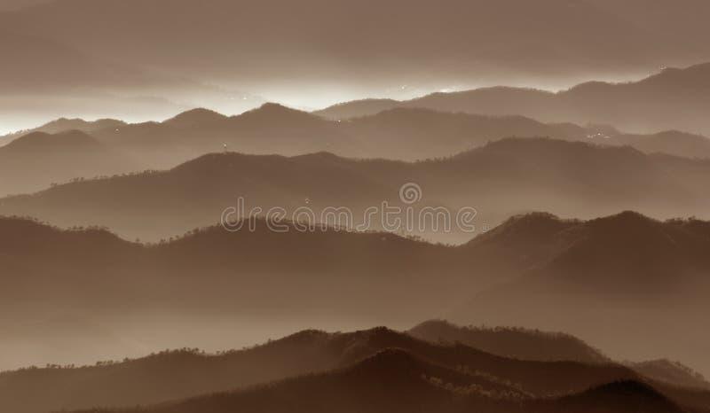Regain au-dessus des montagnes photos libres de droits