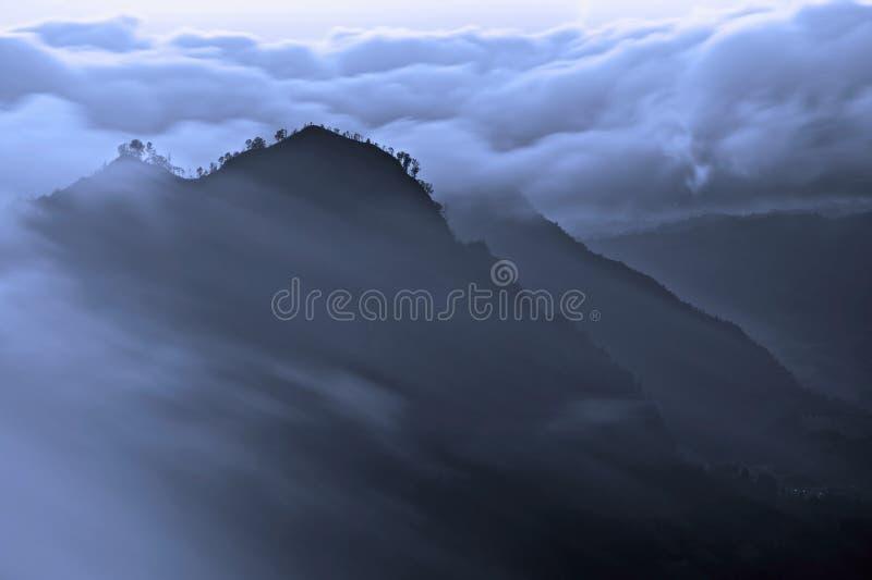 Regain de matin dans les montagnes image stock