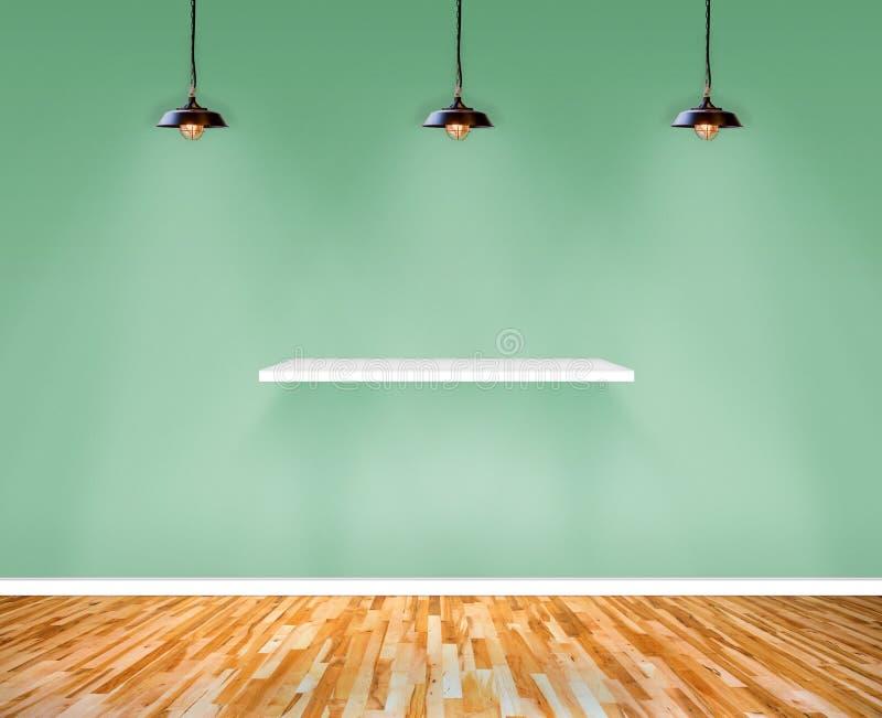 Regal auf Wand im Show-Raum lizenzfreies stockbild