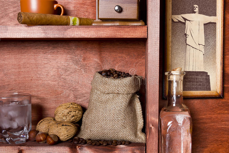 Regal mit brasilianischem Kaffee stockbilder