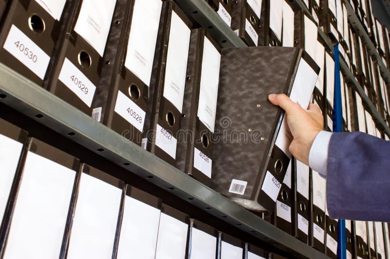 Regal mit Faltblättern stockbilder