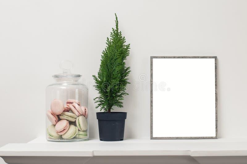 Regal mit leerem Rahmen lizenzfreies stockbild