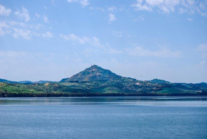 Regalbuto Le lac Pozzillo en Sicile photos stock
