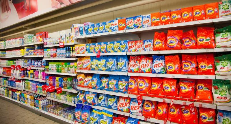 : Regale des Supermarktes mit Waschpulvern und Reinigungsreinigungsmitteln stockfoto
