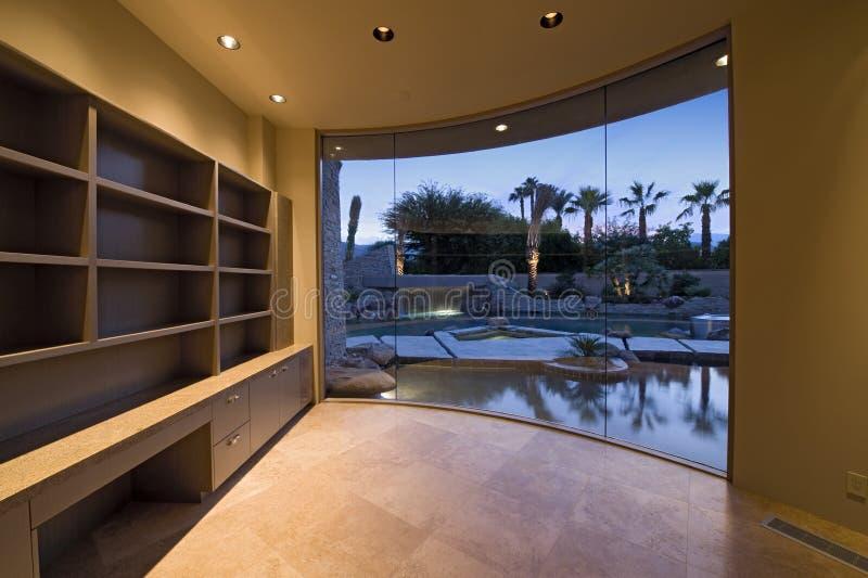 Download Regale Im Leeren Raum Mit Teich Ansicht Durch Fenster Stockbild    Bild Von Horizontal