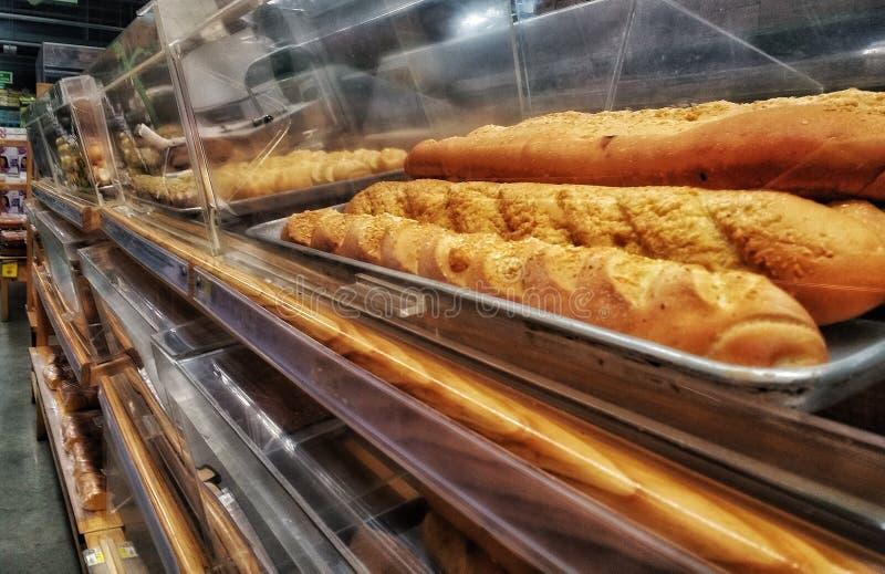 Regale mit Brot lizenzfreies stockbild