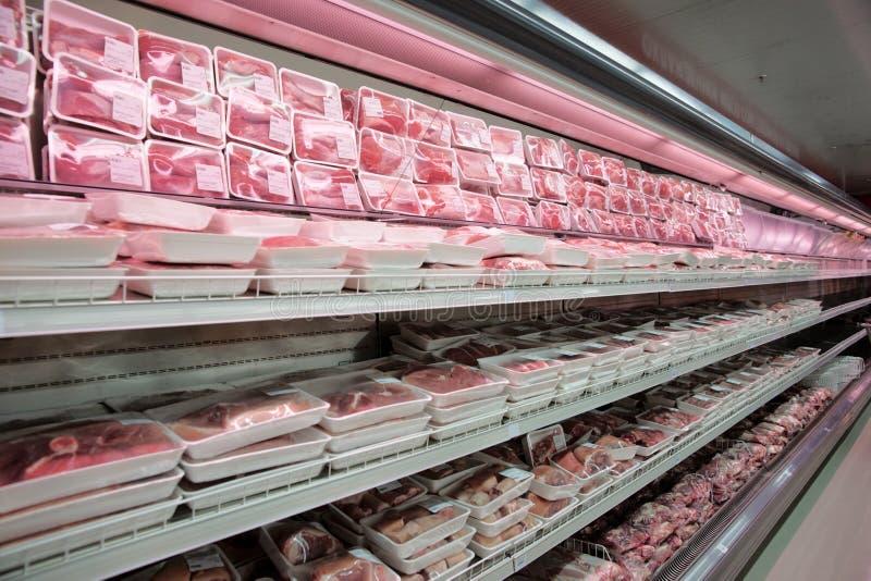 Regale mit Fleisch lizenzfreie stockfotografie