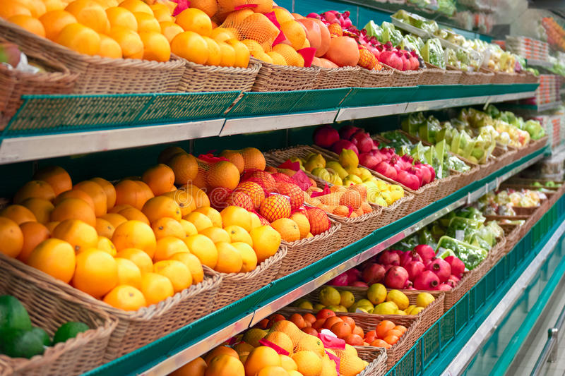 Regale mit Früchten des Speichers lizenzfreies stockfoto