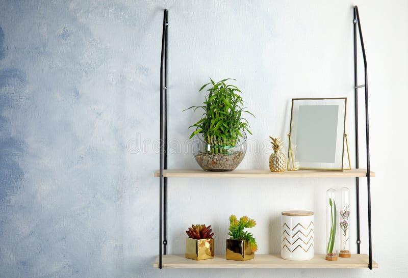 Regale mit grünem glücklichem Bambus in der Glasschüssel lizenzfreie stockbilder