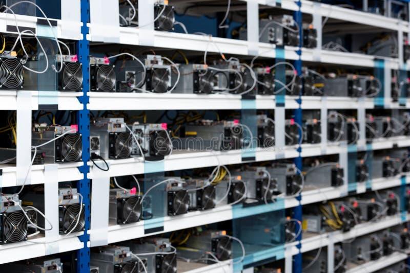 Regale mit Stromversorgungseinheiten für cryptocurrency lizenzfreies stockfoto