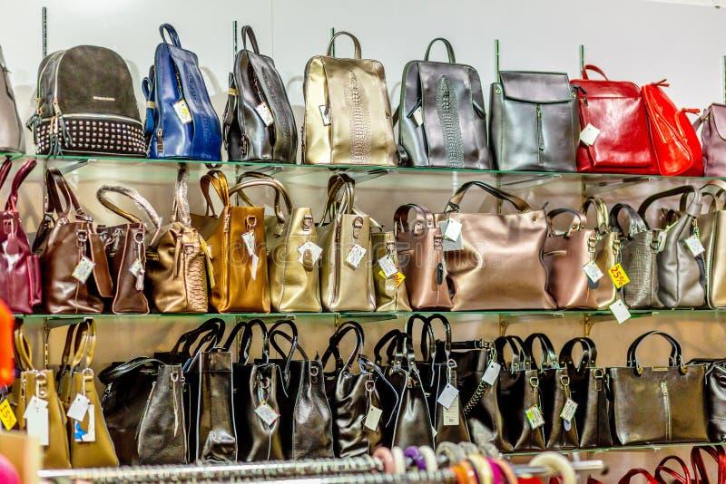 Regale mit Taschen in einem Kurzwarengeschäft lizenzfreies stockfoto