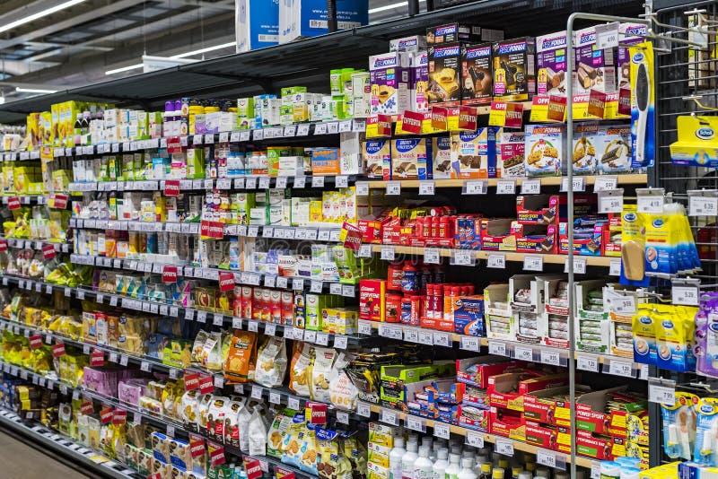 Regale und Fach mit Produkten von Getränken und von Waren im Supermarkt SETZEN sich auseinander lizenzfreies stockbild