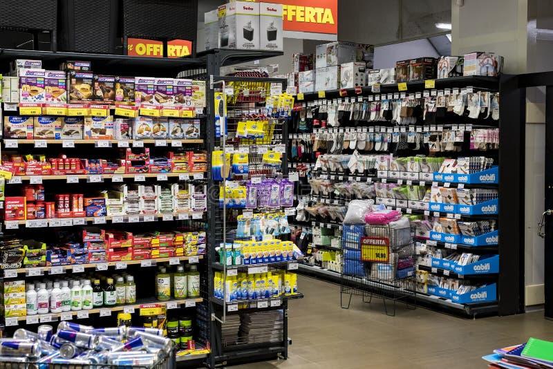 Regale und Fach mit Produkten von Getränken und von Waren im Supermarkt SETZEN sich auseinander stockbild
