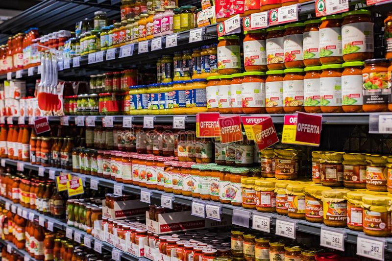 Regale und Fach mit Produkten von Getränken und von Waren im Supermarkt SETZEN sich auseinander lizenzfreie stockfotos
