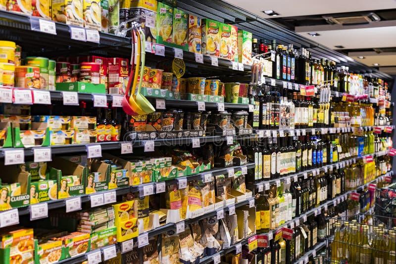 Regale und Fach mit Produkten von Getränken und von Waren im Supermarkt SETZEN sich auseinander lizenzfreie stockbilder