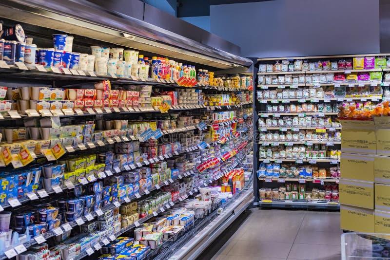 Regale und Fach mit Produkten von Getränken und von Waren im Supermarkt SETZEN sich auseinander stockfoto