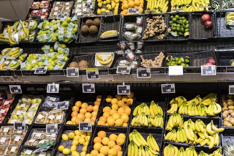 Regale und Fach mit Produkten von Getränken und von Waren im Supermarkt SETZEN sich auseinander lizenzfreies stockfoto