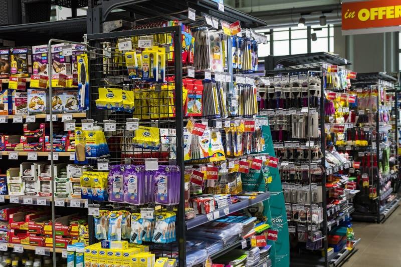 Regale und Fach mit Produkten von Getränken und von Waren im Supermarkt SETZEN sich auseinander stockfotos
