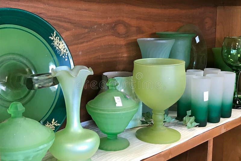 Regale von benutzten grünen Glaswarentellern im Gebrauchtwarengeschäft stockfoto