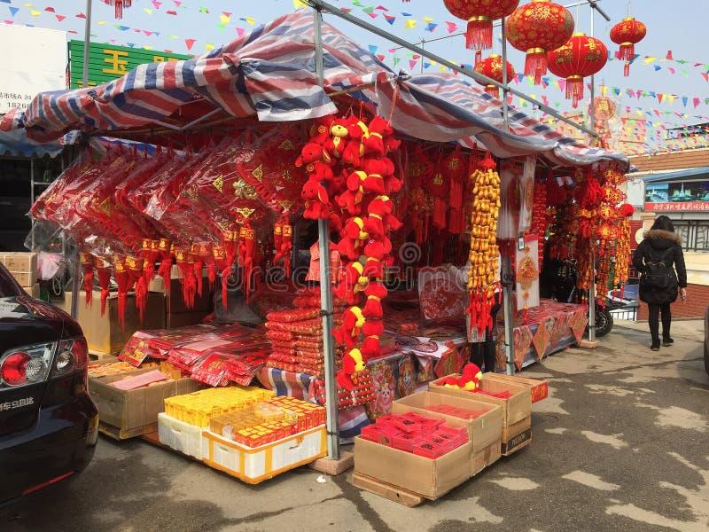 Regali cinesi della decorazione del nuovo anno che vendono al deposito immagine stock libera da diritti