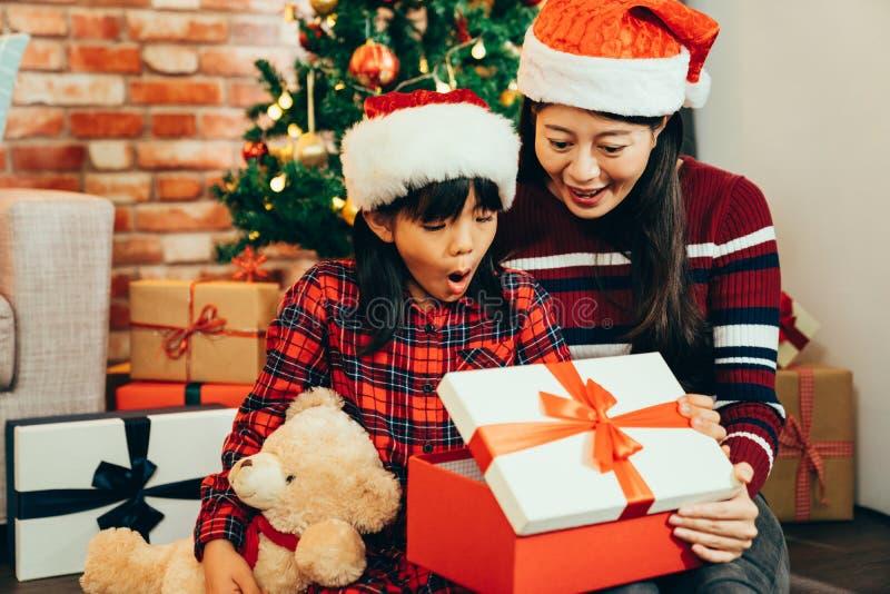 Regali d'apertura di Natale della famiglia dolce fotografia stock libera da diritti