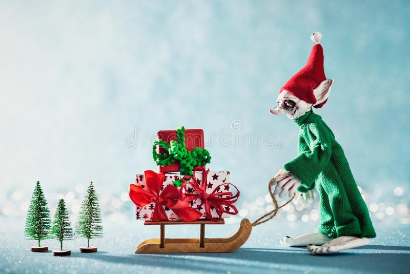 Regali di carico di Natale di Elf dell'assistente allegro sveglio di Santa su Santa Sleigh Scena di Natale del polo nord Elf sul  fotografia stock