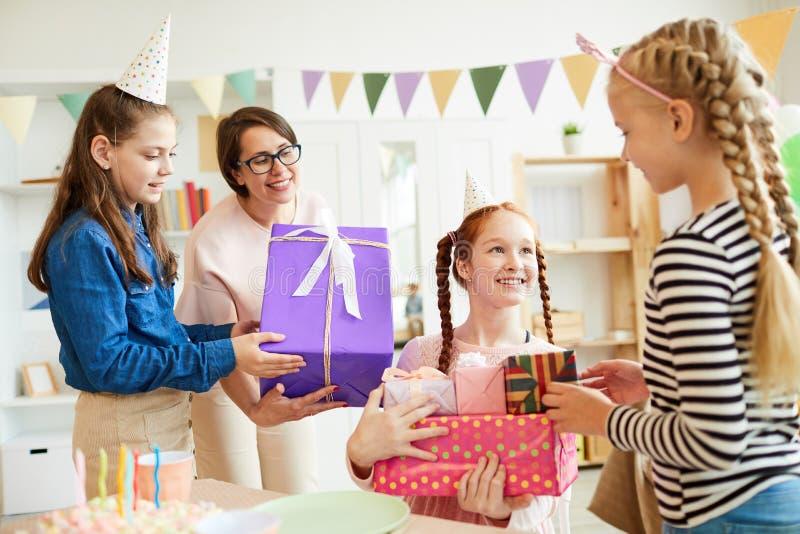 Regali di compleanno fotografie stock