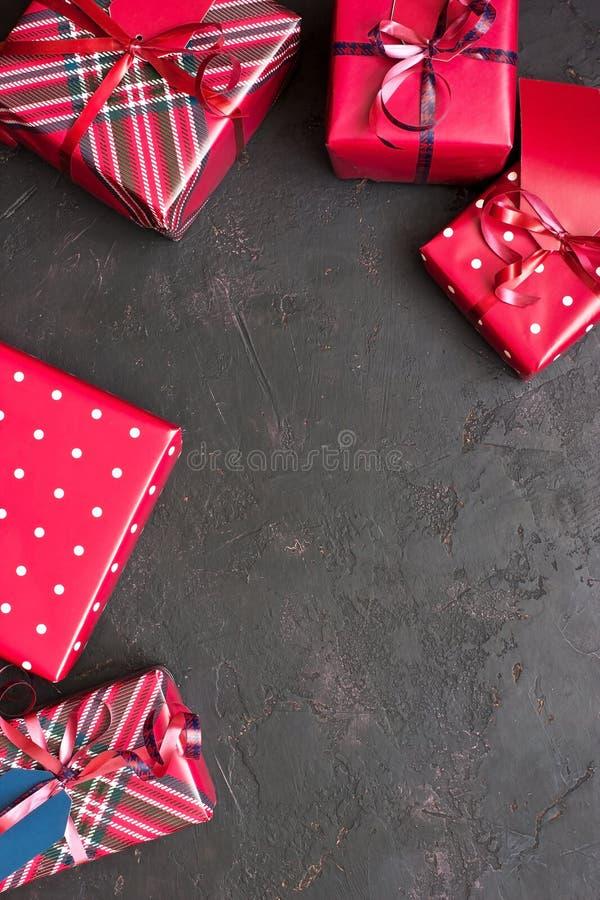 Regali di Natale in contenitori di regalo con la decorazione fotografia stock libera da diritti