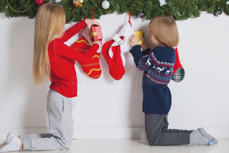 Regali di natale della presa dei bambini fotografia stock