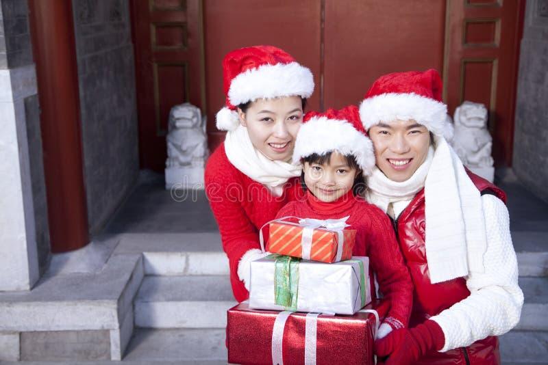 Regali di Natale della tenuta della famiglia fotografia stock