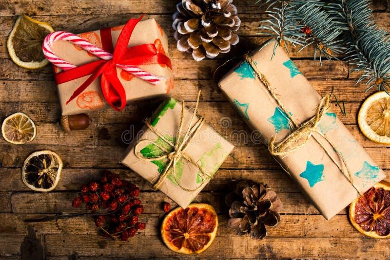 Regali di Natale e disposizioni avvolti fotografie stock libere da diritti