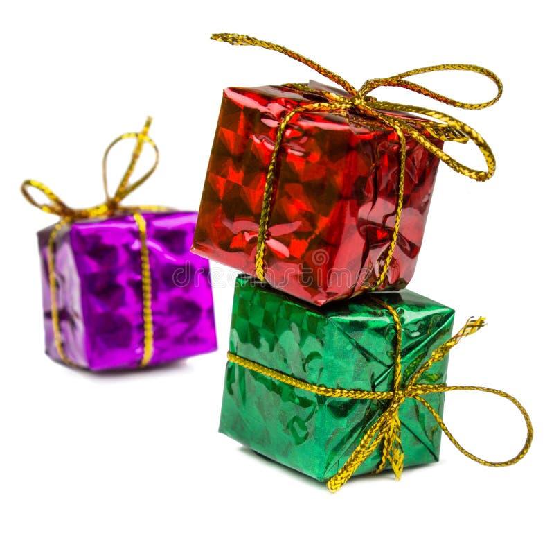 Regali di Natale e giocattoli di Natale isolati su fondo bianco fotografia stock