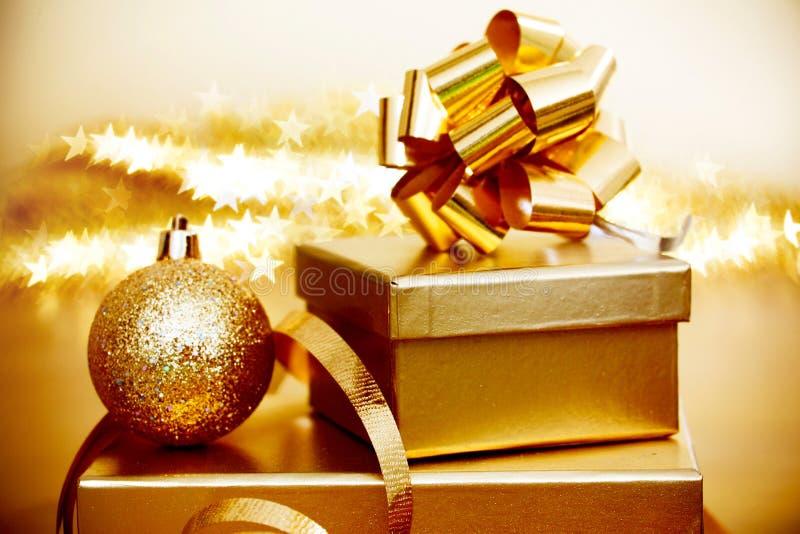 Regali di Natale e palla decorativa fotografia stock libera da diritti