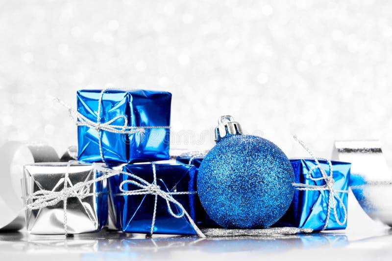 Regali di Natale e palle decorative fotografie stock