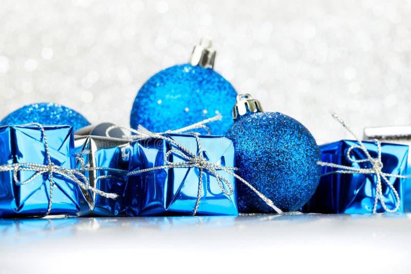 Regali di Natale e palle decorative fotografia stock