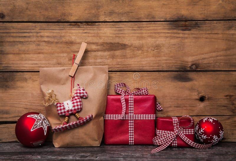 Regali di Natale fatti a mano avvolti in carta con chec bianco rosso fotografia stock libera da diritti