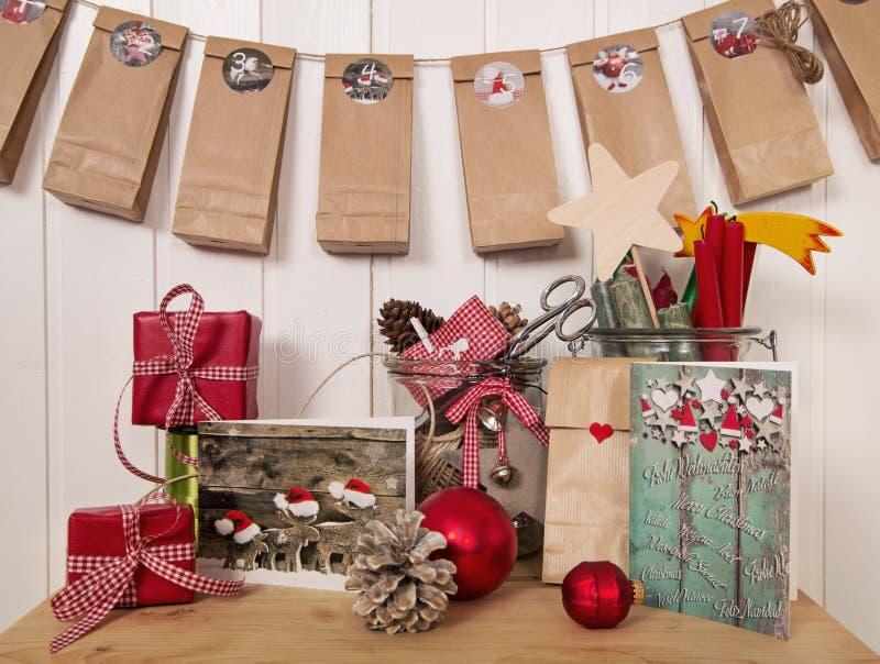 Regali di Natale fatti a mano e calendario di arrivo nel rosso, bianco fotografia stock