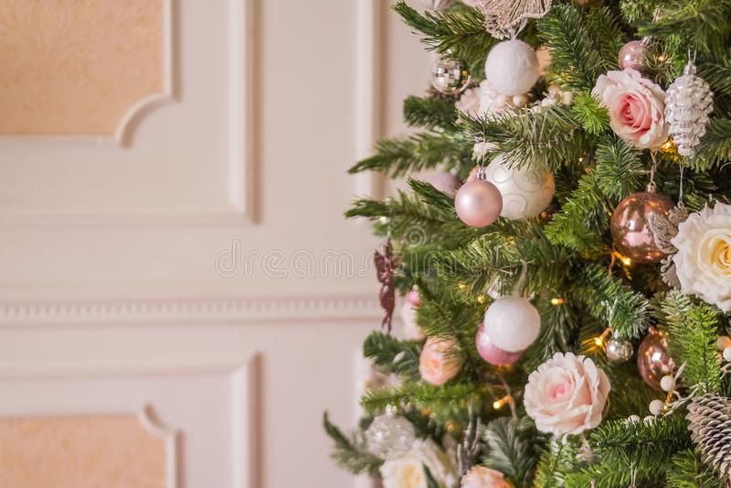 Regali di Natale di festa con le scatole e le palle, pigne, Wallnuts, giocattoli dell'albero di abete Decorazione pastello per l' immagine stock libera da diritti