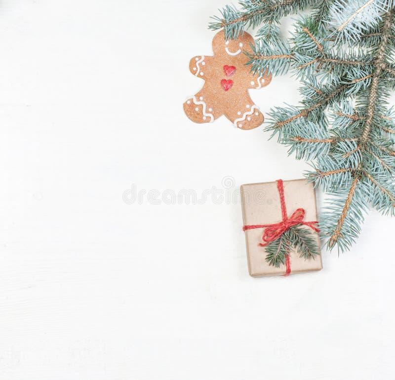 Regali di Natale, rami di albero dell'abete, decorazioni di festa di natale, Fe fotografia stock