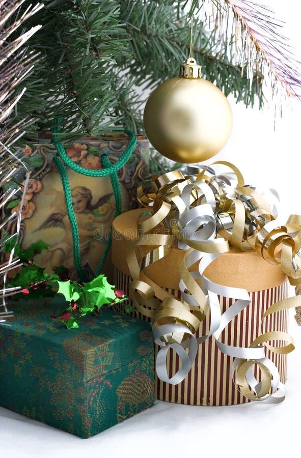 Regali di Natale sotto l'albero fotografia stock libera da diritti