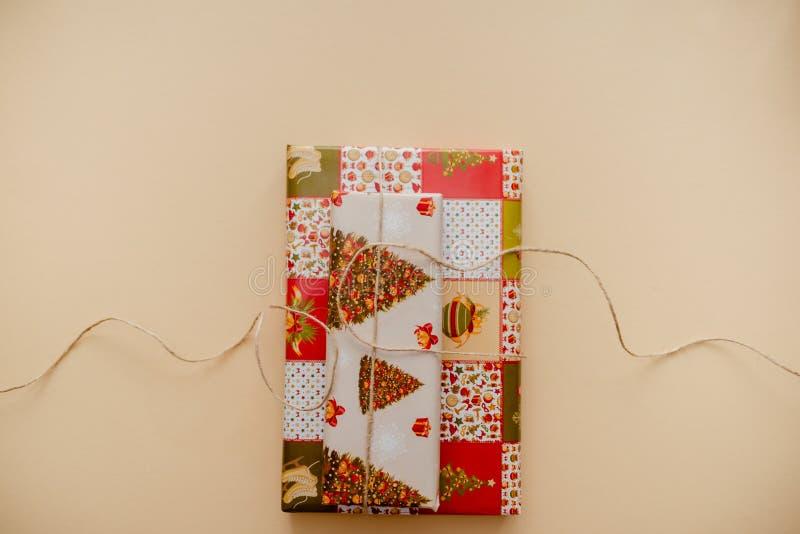 Regali di Natale spostati chiuda su del pacchetto della scatola su fondo giallo fotografia stock libera da diritti