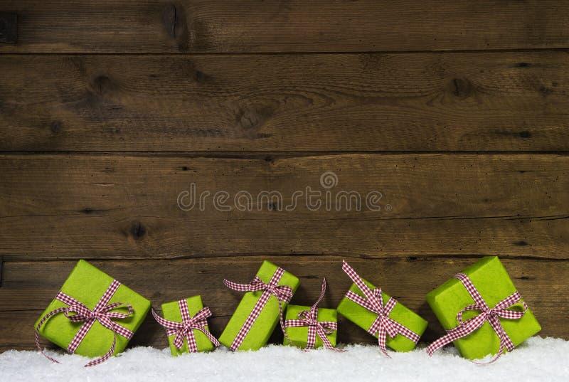 Regali di Natale verde mela su fondo di legno per un regalo c immagini stock libere da diritti
