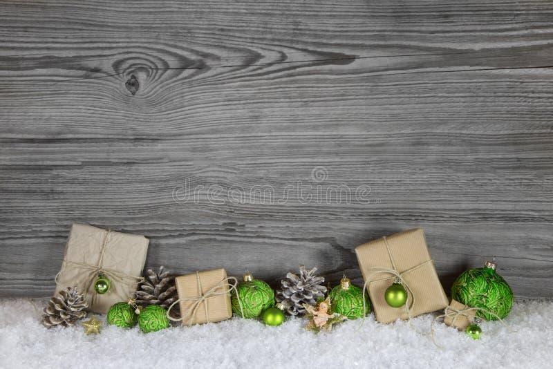 Regali di Natale verdi avvolti in carta naturale su vecchio di legno fotografia stock libera da diritti