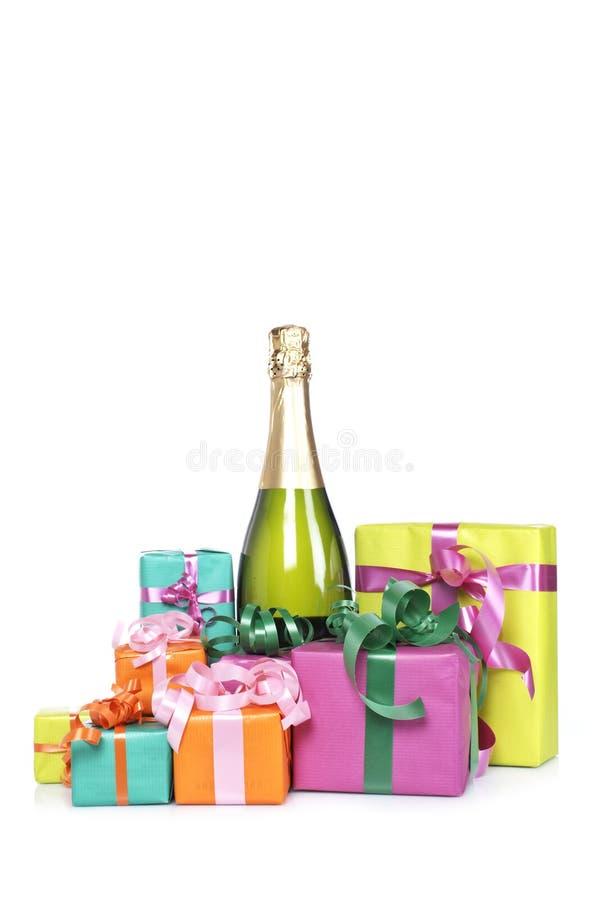 Regali e bottiglia del champagne immagine stock